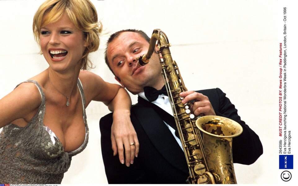 Il n'y a pas que le saxophone qui attire le regard...
