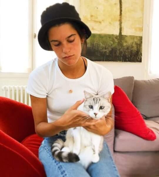 Même les chats sont sous son charme.