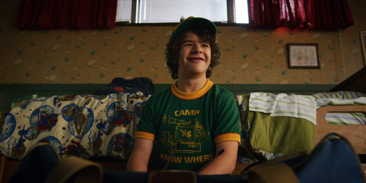 Dustin (Gaten Matarazzo) est de retour à la maison après un séjour en camp de vacances