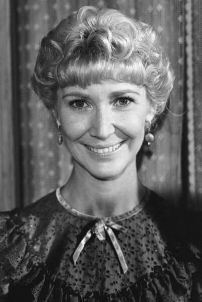Miss Beadle, la douce institutrice, interprétée par Charlotte Stewart.
