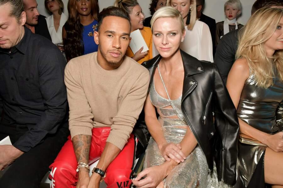 La preuve avec l'actrice et mannequin Amber Valetta, au premier rang au côté de Lewis Hamilton…