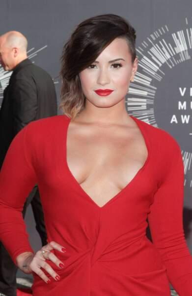 Demi Lovato ne jure que par le rouge.