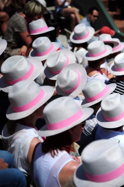 Les chapeaux au bandeau rose était très appréciés...