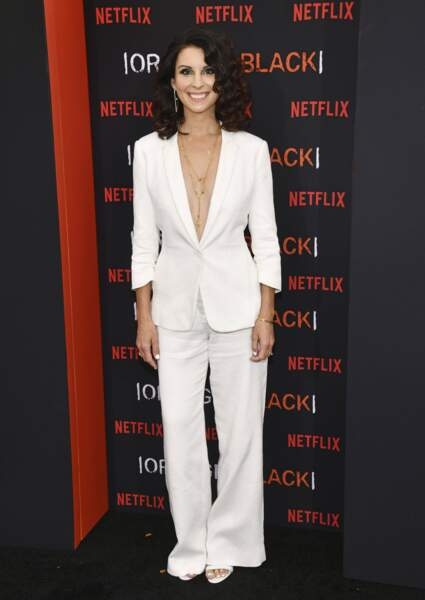 Beth Dover, alias la nouvelle directrice, est plus sexy que jamais dans ce tailleur décolleté