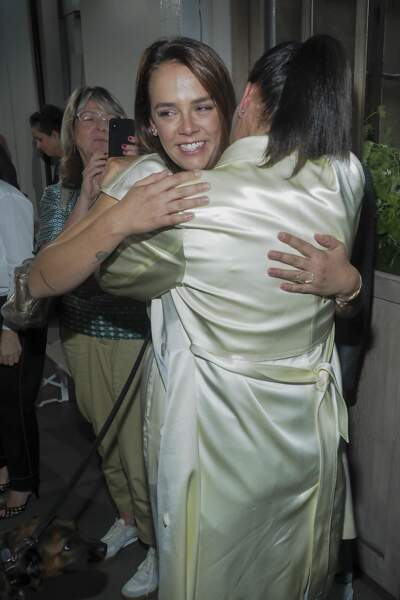La styliste est félicitée par sa maman qui a revêtue l'un de ses modèles