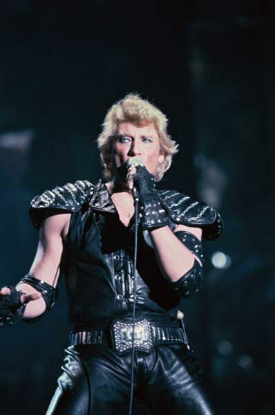 "1982 : Johnny ose l'oeil ""smocky"" et la tenue empruntée au groupe KISS"