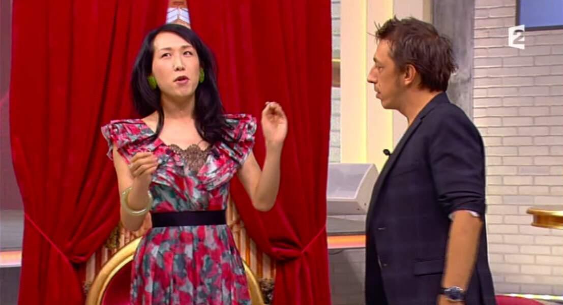 Que pensez-vous de la robe très colorée de Sony Chan, la chroniqueuse de Comment ça va bien ?
