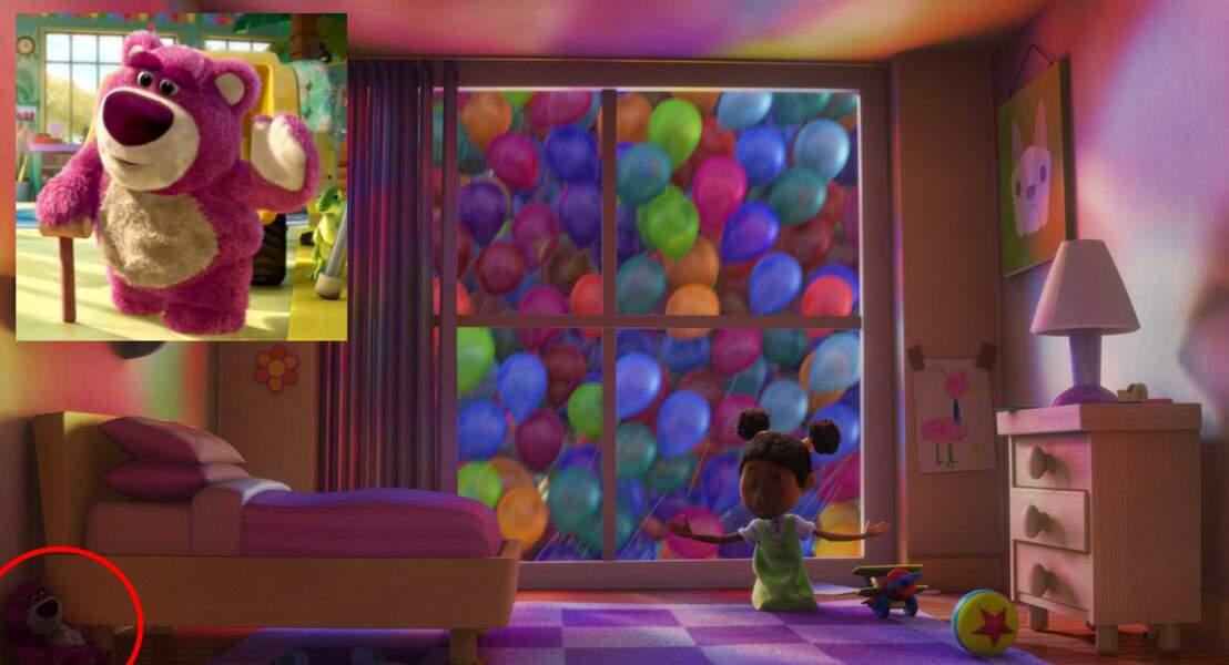Là-haut : une peluche Lotso (Toy Story 3) se cache dans la chambre d'une petite fille