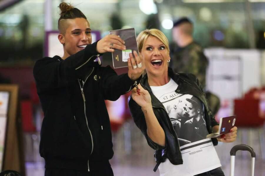 Elle a retrouvé son copain Eddy. Ouf, il a bien pris son passeport !