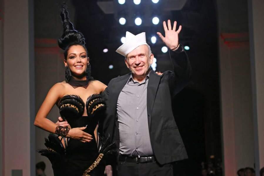 Magnifique chapeau ! En 2013, le facétieux couturier n'hésite pas à inviter la vedette de télé-réalité Nabilla