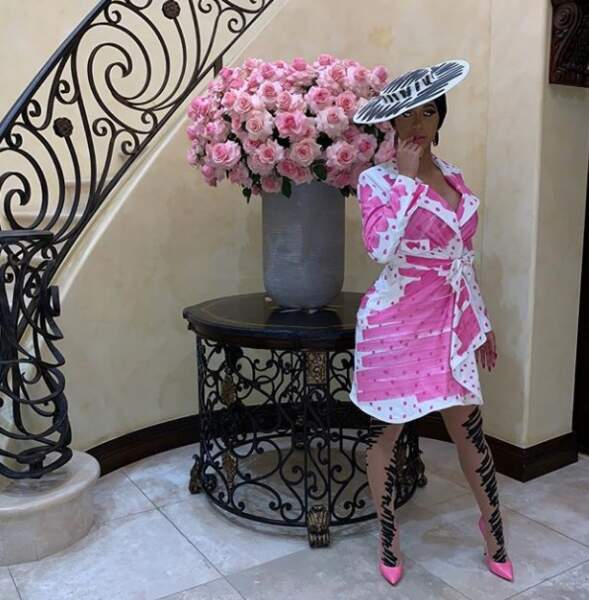 Cardi B assortie au bouquet de fleurs