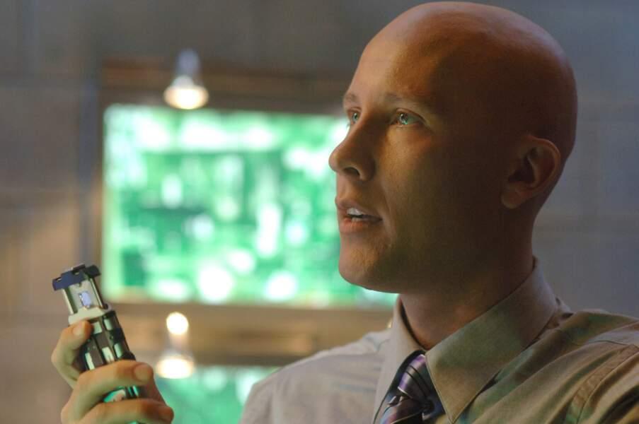 Joué par Michael Rosenbaum, le personnage perd ses cheveux très jeune à cause d'une pluie de météorites