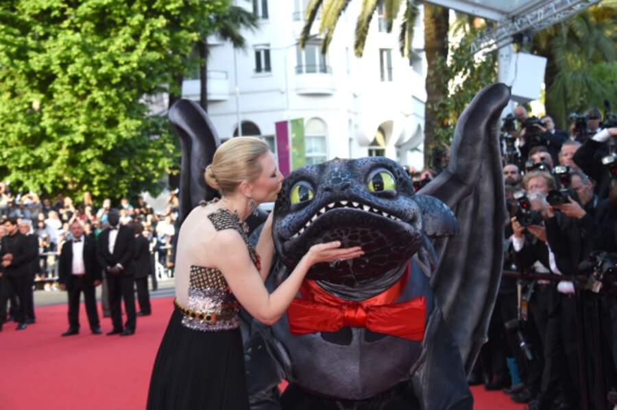 Cate Blanchett n'a pas pu s'empêcher d'embrasser son dragon préféré.