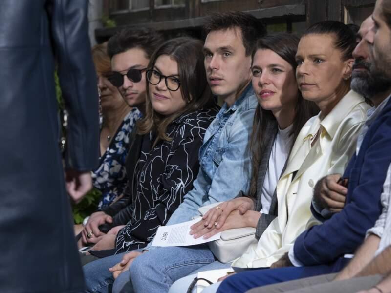 Assis au premier rang, près du podium, la famille scrute les modèles de cette collection printemps/été 2020
