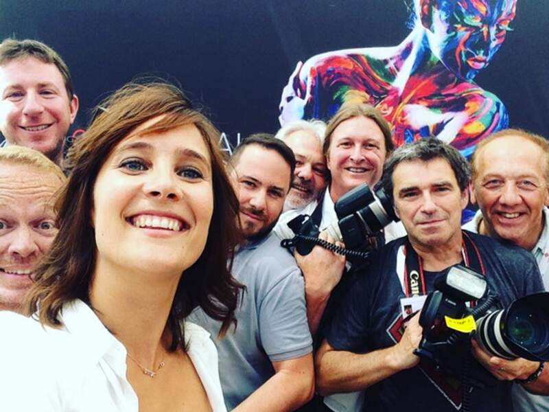 Julie de Bona s'offre un selfie avec les photographes