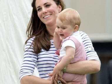 Les premiers pas de l'adorable petit prince George, encouragé par maman Kate