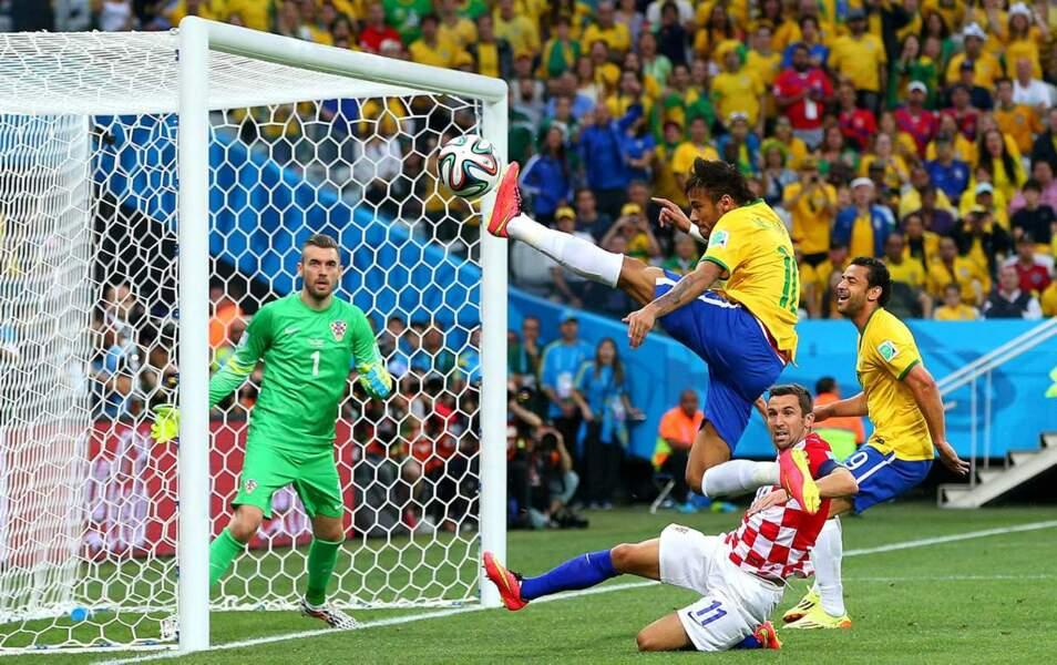 Neymar, le héros de la soirée, en pleine action !