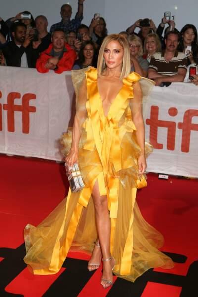En robe jaune décolletée, la bomba a séduit les photographes