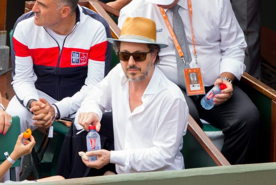 Panama et chemise blanche, Guillaume Gallienne tout en élégance