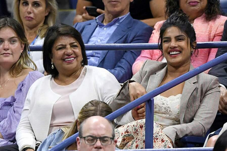 Sans son mari mais avec sa chère maman, Priyanka Chopra Jonas brille dans les gradins