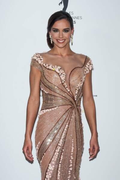 Et on termine avec Marine Lorphelin, dans une robe brillante qu'on adore !