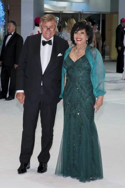 Shirley Bassey et son compagnon au gala de la Croix Rouge