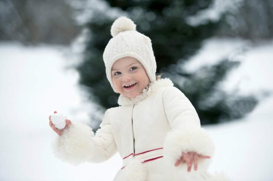 Les boules (de neige…), cette rigolote d'Estelle a déjà trois ans !