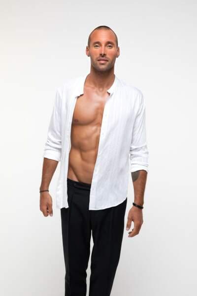 Le sportif Sami El Gueddari, également torse nu !