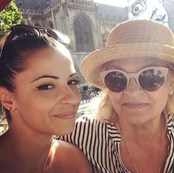 Denitsa Ikonomova a posé avec sa maman à Paris.
