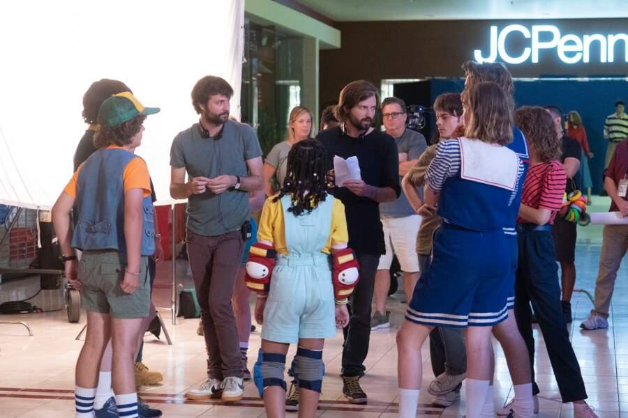 Les créateurs et réalisateurs Ross et Matt Duffer, entourés de leurs acteurs pour l'épisode final de la saison 3