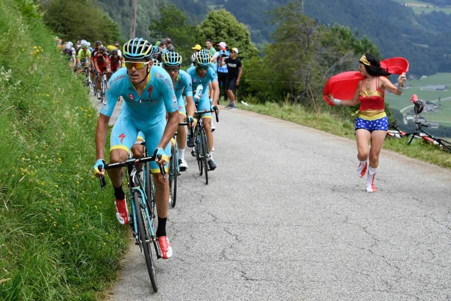 Wonder Woman qui course les cyclistes