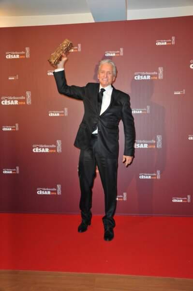 Michael Douglas brandit son César d'honneur