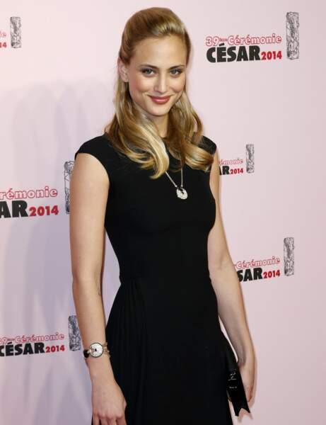 La superbe Nora Arnezeder dans une petite robe noire.