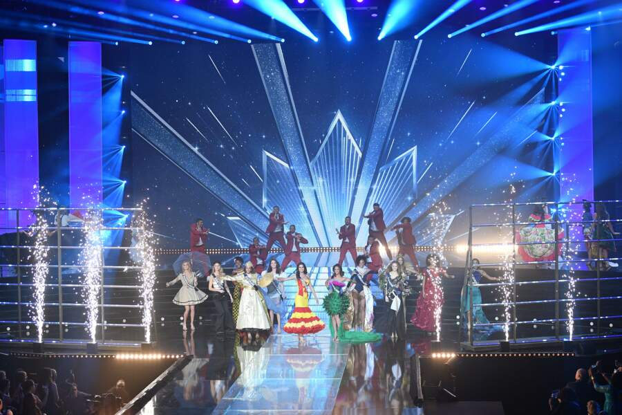 Le premier tableau : les 30 Miss en costume régional !