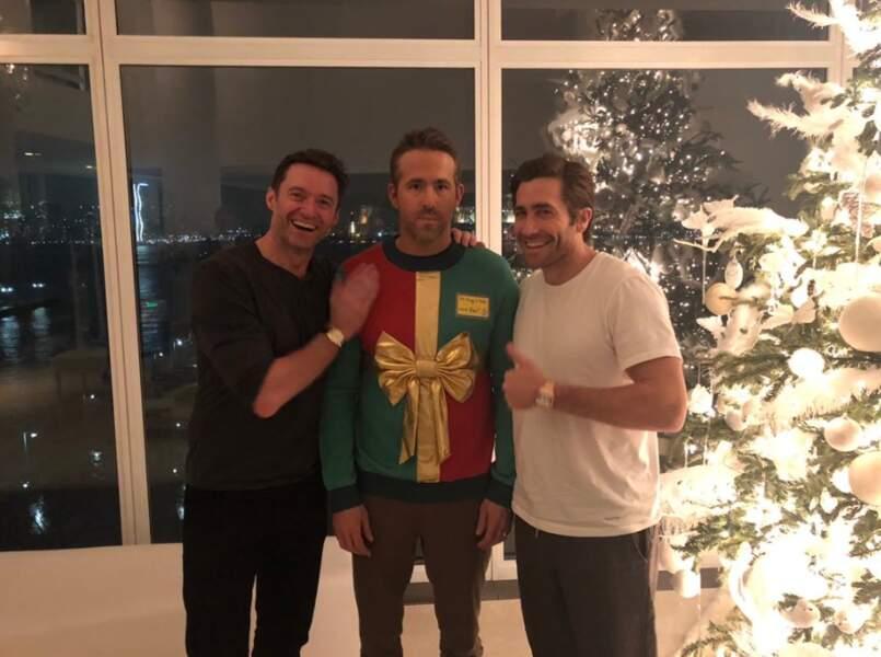 Et Ryan Reynolds s'est fait avoir par ses copains Hugh Jackman et Jack Gyllenhaal. Joli pull festif (en solo) !