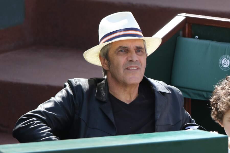 Julien Clerc, muni de son chapeau, dans les gradins...