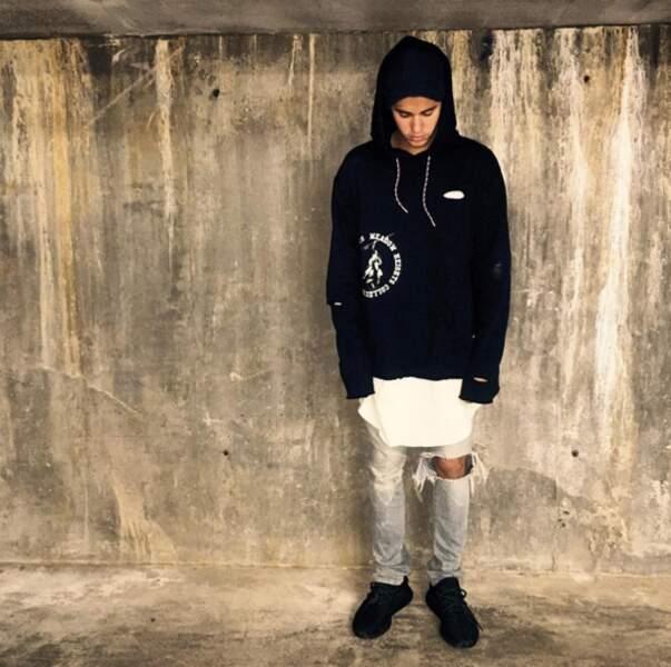 """""""Pas trop"""", semble dire Justin Bieber. Encore puni mon petit ?"""