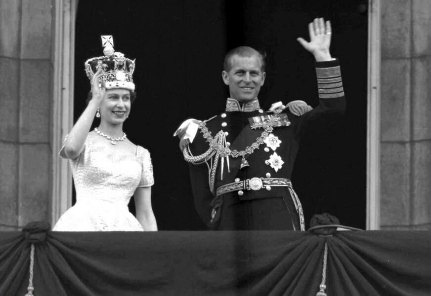 Le 2 juin 1953, Elisabeth est couronnée reine d'Angleterre, Philip devra désormais marcher deux pas derrière elle