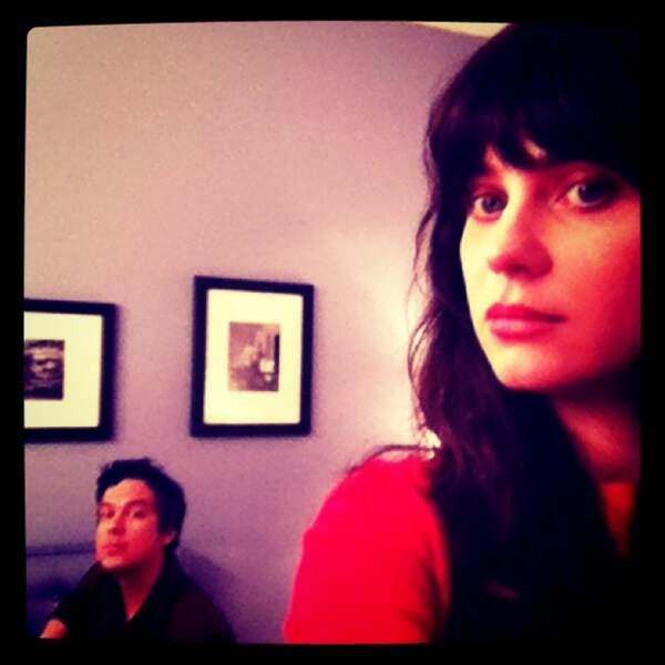 Elle joue dans un groupe qui s'appelle ''She & Him'', avec M. Ward, à gauche.