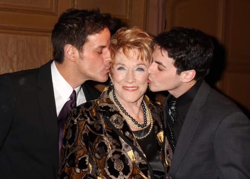 Bien des jeunes filles auraient voulu être à la place de Jeanne, embrassé par Christian LeBlanc & David Lago.