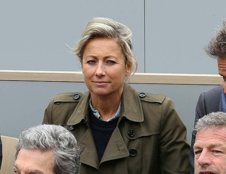 La présentatrice du JT de France 2 Anne-Sophie Lapix a sorti son trench kaki