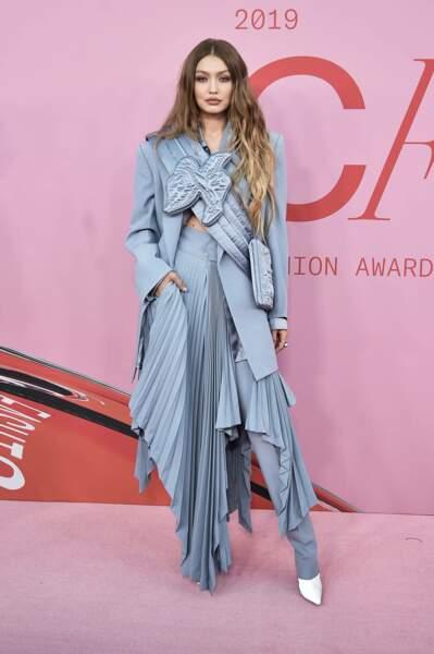 Gigi Hadid ose la couleur (et le mélange robe-pantalon)