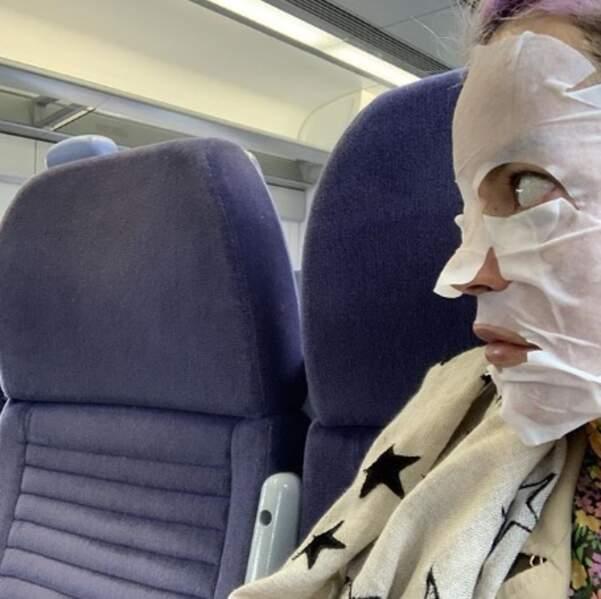 Et Lily Allen prenait ses aises dans l'avion.