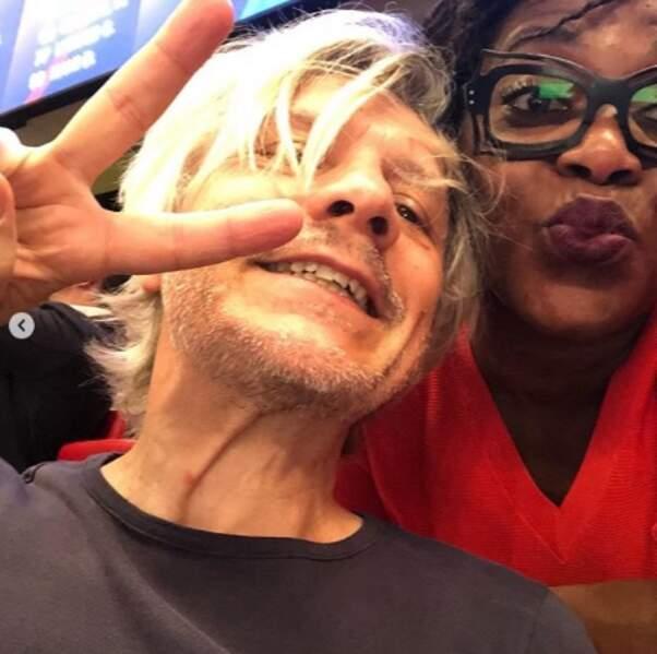 Selfie très bien cadré du côté de Claudia Tagbo et Nicola Sirkis.