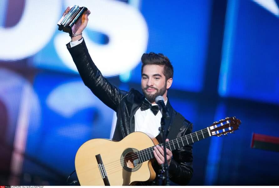 Kendji Girac exhibe fièrement son trophée devant le public des NRJ MUsic Awards