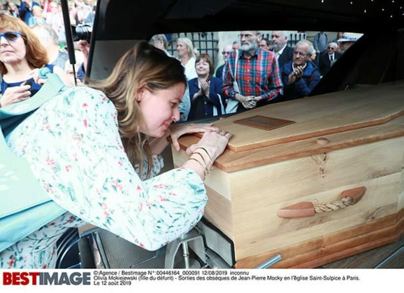 Olivia Mokiejewski se penche sur le cercueil de son père