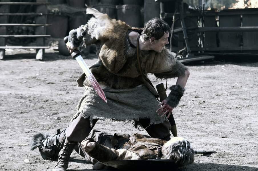 L'acteur porte à merveille à la peau de bête dans Centurion (2010)