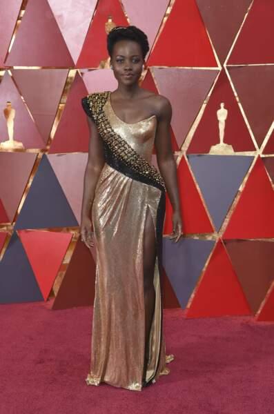 Lupita Nyong'o, héroïne dans Black Panther, dans une robe qui lui va à ravir