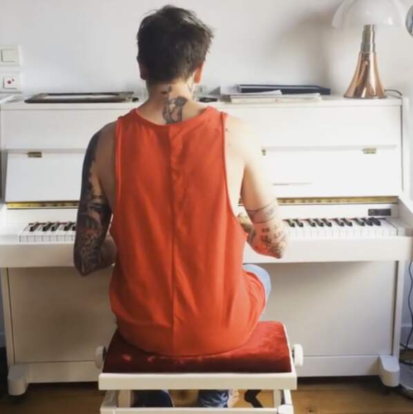 Il maitrise aussi le piano !