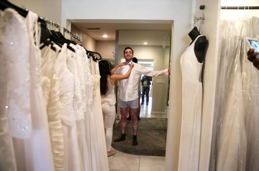C'est l'heure des essayages pour Mister Combal qui a opté pour un costume blanc.